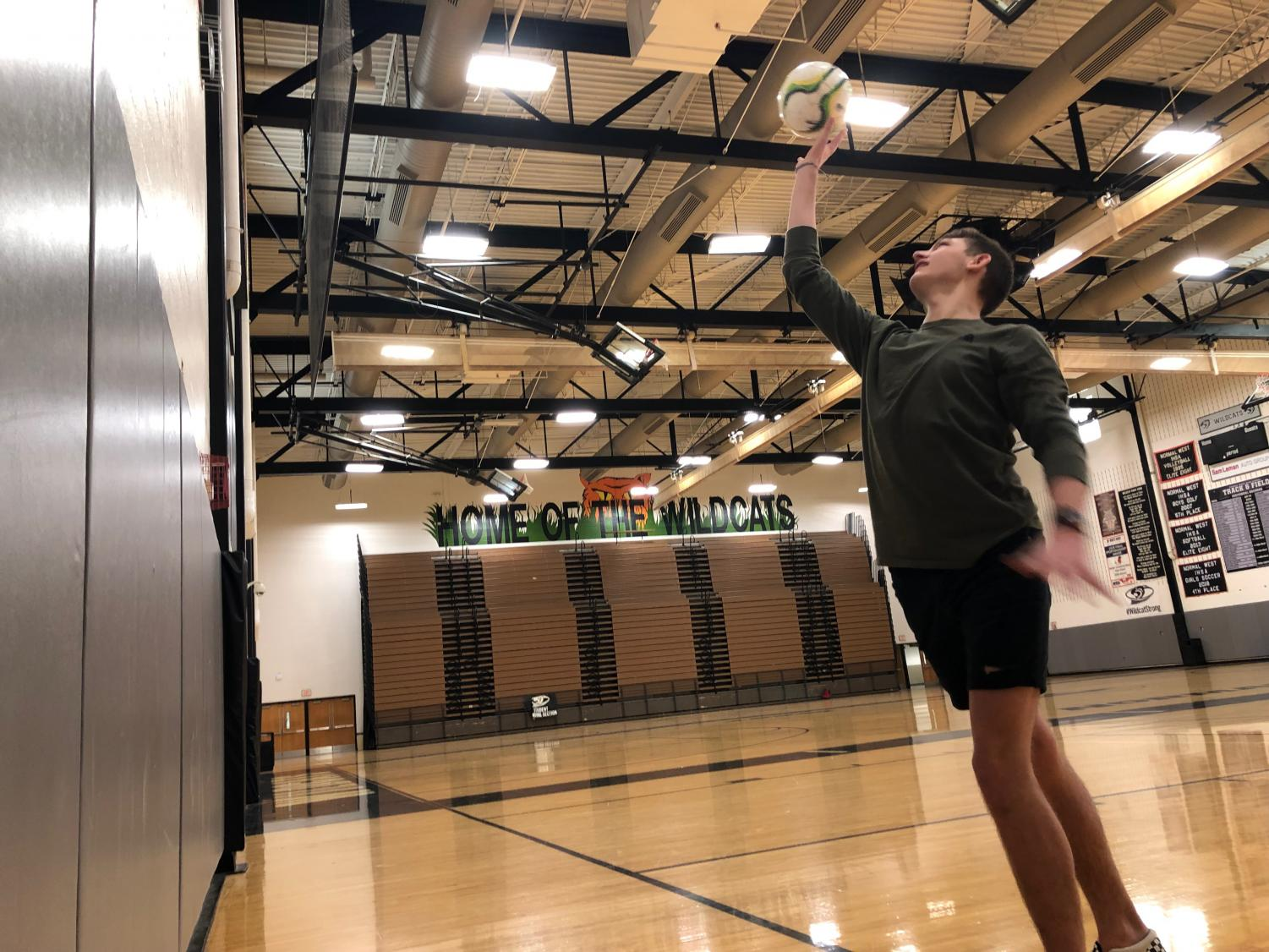 Junior Keaton Knuth plays volleyball in PE. PE classes are trying to establish healthy routines now that students can also take to college. Playing sports, as many classes do, are a good activity for friends to stay healthy.